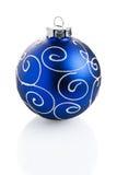 Μπλε μόνιμη διακόσμηση σφαιρών Χριστουγέννων στοκ φωτογραφίες