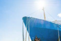 Μπλε μύτη σκαφών ` s σε ένα υπόβαθρο μπλε ουρανού Σχοινιά σκαφών ` s Φωτεινός ήλιος επάνω από τη γέφυρα Στοκ εικόνα με δικαίωμα ελεύθερης χρήσης