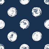 Μπλε ναυτικό και άσπρο άνευ ραφής σχέδιο σημείων Πόλκα τυπωμένων υλών σφουγγαριών grunge, διάνυσμα Στοκ Εικόνες