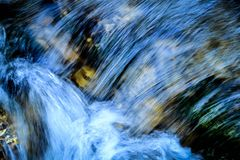 Μπλε νερό ορμητικά σημείων ποταμού Στοκ Εικόνες