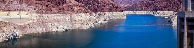Μπλε νερό υδρομελιών λιμνών και μεγάλοι απότομοι βράχοι φαραγγιών Στοκ Φωτογραφία