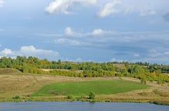 μπλε νεφελώδες πτώσης πεδίων δέντρο ουρανού τοπίων μόνο κίτρινο Στοκ φωτογραφίες με δικαίωμα ελεύθερης χρήσης
