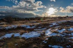 Μπλε νεφελώδες χειμερινό τοπίο ουρανού, πέτρα Στοκ Εικόνες