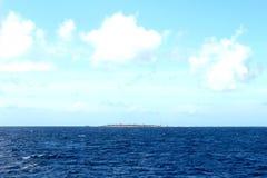 Μπλε, νεφελώδης ουρανός νησιών ‹â€ ‹θάλασσας †Στοκ εικόνες με δικαίωμα ελεύθερης χρήσης