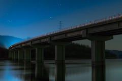 μπλε νύχτα πυράκτωσης γεφυρών Στοκ εικόνα με δικαίωμα ελεύθερης χρήσης