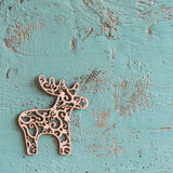 Μπλε ξύλινη επιφάνεια και ξύλινα ελάφια Χριστουγέννων Στοκ φωτογραφία με δικαίωμα ελεύθερης χρήσης
