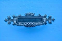 Μπλε ξύλινη πόρτα με το εκλεκτής ποιότητας κιβώτιο επιστολών Στοκ εικόνες με δικαίωμα ελεύθερης χρήσης