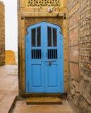Μπλε ξύλινη πόρτα σε Jaisalmer, Rajasthan, Ινδία Στοκ φωτογραφία με δικαίωμα ελεύθερης χρήσης