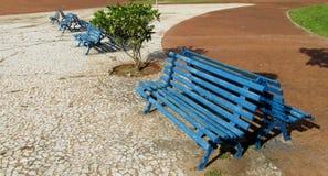 Μπλε ξύλινος πάγκος στο πάρκο Στοκ Εικόνα