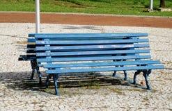 Μπλε ξύλινος πάγκος στο πάρκο Στοκ φωτογραφία με δικαίωμα ελεύθερης χρήσης