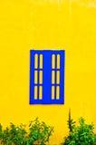 Μπλε ξύλινο παράθυρο στον τοίχο Στοκ Φωτογραφία
