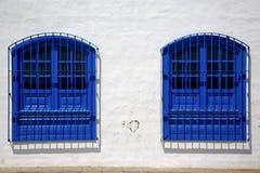 Μπλε ξύλο   ζεύγος του παραθύρου σε έναν άσπρο τοίχο arrecife Lanzarote Στοκ Φωτογραφίες