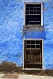 Μπλε ξύλο   ζεύγος του παραθύρου σε έναν τοίχο arrecife χρωμάτων Στοκ Εικόνες