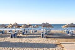 Μπλε ομπρέλες θάλασσας και παραλιών της Μάλαγας Ισπανία παραλιών πρωινού Στοκ Εικόνα