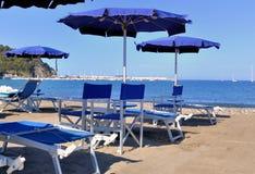 Μπλε ομπρέλες και sunbeds Στοκ εικόνες με δικαίωμα ελεύθερης χρήσης