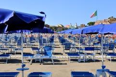 Μπλε ομπρέλες και sunbeds Στοκ εικόνα με δικαίωμα ελεύθερης χρήσης