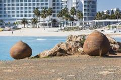 Μπλε ομπρέλες παραλιών και sunbeds στην αμμώδη παραλία σε Ayia Napa, Κύπρος Στοκ Εικόνες
