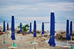 Μπλε ομπρέλες παραλιών σε Cetara, Ιταλία Στοκ Εικόνες