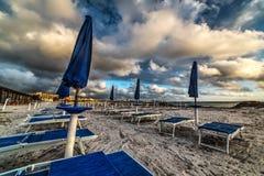 Μπλε ομπρέλες παραλιών στο ηλιοβασίλεμα Στοκ φωτογραφία με δικαίωμα ελεύθερης χρήσης
