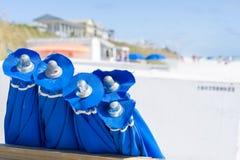 Μπλε ομπρέλες στην παραλία Στοκ Εικόνα