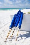 Μπλε ομπρέλες στην παραλία Στοκ Εικόνες