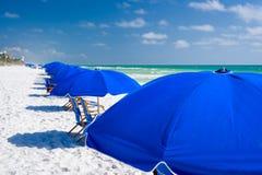 Μπλε ομπρέλες στην παραλία Στοκ Φωτογραφίες