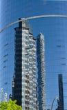 μπλε ουρανοξύστης αντανάκλασης γραφείων γωνιών οικοδόμησης διαμερισμάτων Στοκ Φωτογραφίες