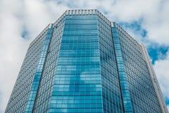 Μπλε ουρανοξύστης ενάντια στον ουρανό Στοκ Φωτογραφία