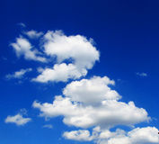 Μπλε ουρανού με τα σύννεφα Στοκ εικόνα με δικαίωμα ελεύθερης χρήσης