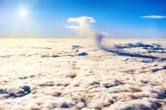 Μπλε ουρανός, λάμποντας ήλιος και σύννεφα Στοκ Εικόνες
