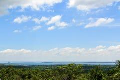 Μπλε ουρανός άποψης τοπίων με τα άσπρα σύννεφα Στοκ Εικόνες