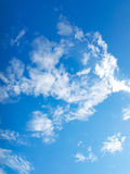 Μπλε ουρανός & άσπρα σύννεφα στοκ εικόνα με δικαίωμα ελεύθερης χρήσης