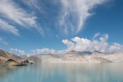 Μπλε ουρανός βουνών lakewith Στοκ Εικόνα