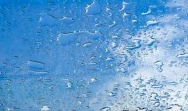 Μπλε ουρανός γυαλιού παραθύρων πτώσεων νερού Στοκ Εικόνες