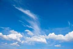 μπλε ουρανός ενάντια ανασκόπησης μπλε σύννεφων πεδίων άσπρο σε wispy ουρανού φύσης χλόης πράσινο το περιβάλλον έννοιας προσοχής α Στοκ Εικόνες
