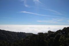 Μπλε ουρανός, θάλασσα ομίχλης, ομιχλώδης, βουνό Στοκ φωτογραφία με δικαίωμα ελεύθερης χρήσης