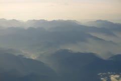 Μπλε ουρανός και άποψη βουνών από το τυποποιημένο αναδρομικό εκλεκτής ποιότητας υπόβαθρο hipster αεροπλάνων με το copyspace στοκ εικόνες