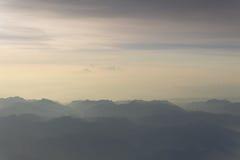 Μπλε ουρανός και άποψη βουνών από το τυποποιημένο αναδρομικό εκλεκτής ποιότητας υπόβαθρο hipster αεροπλάνων με το copyspace στοκ φωτογραφία με δικαίωμα ελεύθερης χρήσης