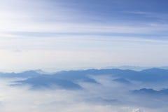 Μπλε ουρανός και άποψη βουνών από το τυποποιημένο υπόβαθρο hipster αεροπλάνων με το copyspace στοκ φωτογραφία με δικαίωμα ελεύθερης χρήσης