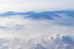 Μπλε ουρανός και άποψη βουνών από το τυποποιημένο υπόβαθρο hipster αεροπλάνων με το copyspace στοκ φωτογραφία