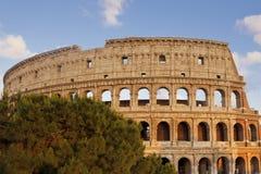 Μπλε ουρανός και άσπρα σύννεφα με το κύριο μέρος του ρωμαϊκού Colosseum Στοκ Εικόνες