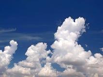 Μπλε ουρανός και άσπρα σύννεφα Στοκ Εικόνα