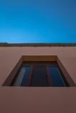 Μπλε ουρανός και ενιαίο παράθυρο του σπιτιού Στοκ εικόνα με δικαίωμα ελεύθερης χρήσης