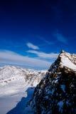 Μπλε ουρανός και μέγιστα βουνά Στοκ φωτογραφίες με δικαίωμα ελεύθερης χρήσης