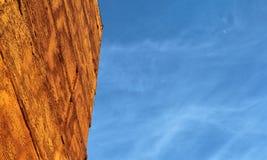 Μπλε ουρανός και οικοδόμηση Στοκ φωτογραφία με δικαίωμα ελεύθερης χρήσης