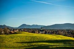 Μπλε ουρανός και πράσινος λόφος με το αλπικό υπόβαθρο Στοκ εικόνα με δικαίωμα ελεύθερης χρήσης