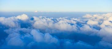 Μπλε ουρανός και σύννεφα από το παράθυρο αεροπλάνων Στοκ Εικόνα