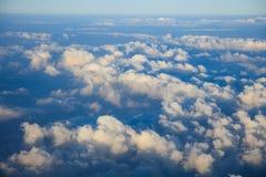 Μπλε ουρανός και σύννεφα από το παράθυρο αεροπλάνων Στοκ Φωτογραφίες