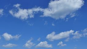 Μπλε ουρανός και σύννεφα 4k απόθεμα βίντεο