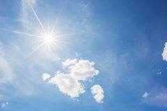 Μπλε ουρανός και σύννεφο με το φωτεινό υπόβαθρο φλογών αστεριών ήλιων Στοκ εικόνα με δικαίωμα ελεύθερης χρήσης